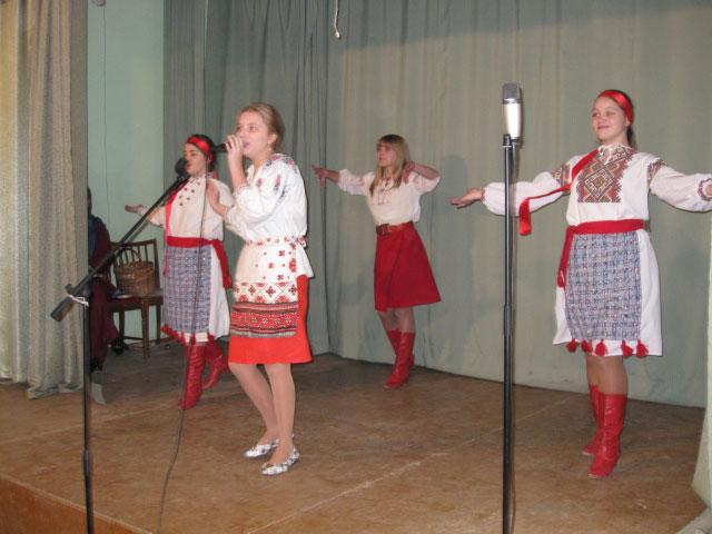 Украинский народный танец. Поет Анастасия Силютина, танцуют Ирина и Анастасия Бовсуновские и Анастасия Поддубная