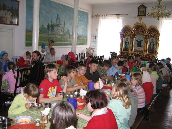 Юные паломники за трапезой в Мгарском монастырем