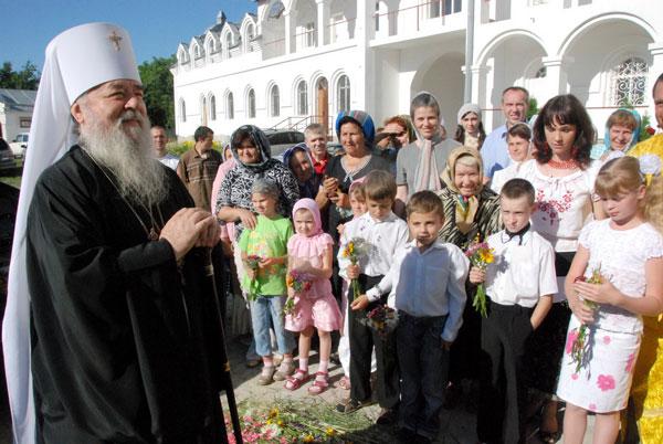 Дети встречают владыку Иринея